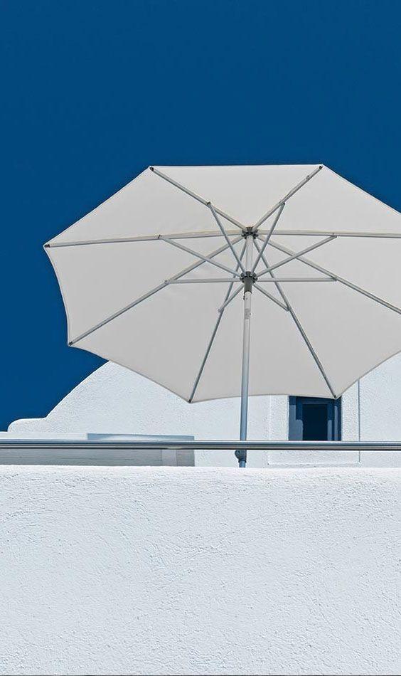 Sommerstimmung blau und weiß |  Blauer Himmel | Weißer Sonnenschirm von Glatz - hochwertige Sonnenschirme gibt's bei Garten-und-Freizeit in vielen verschiedenen Farben https://www.garten-und-freizeit.de/glatz-sonnenschirm-alu-push-rund-200cm-verschiedene-farben.html