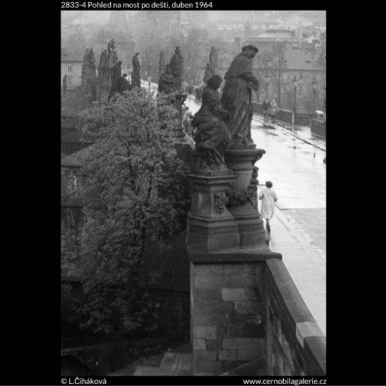 Pohled na most po dešti (2833-4) • Praha, duben 1964 • | černobílá fotografie, Karlův most, sochy, z Novoměstské mostecké brány|•|black and white photograph, Prague|