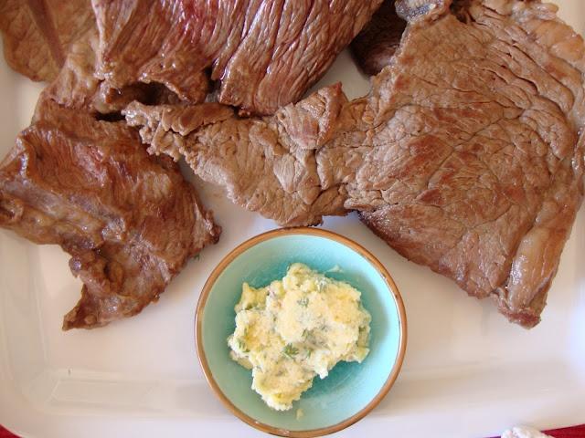 Bifes com Manteiga de Alho e Tomilho