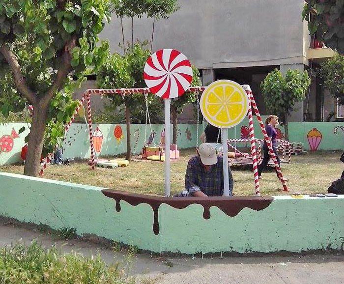 Μία παιδική χαρά σκέτη... γλύκα - Oι Atenistas τη μετέτρεψαν σε εργοστάσιο ζαχαρωτών [εικόνες] #athens