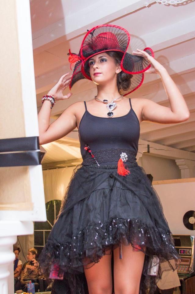 Rojo sobre negro, la elegancia esta servida #desfile #joyasperfumadas #tomelloso