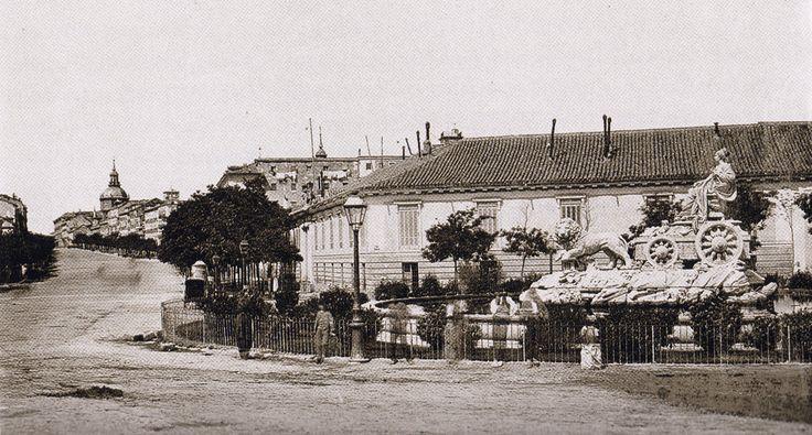 La Cibeles no se colocó en el centro de la plaza hasta 1895. Como puede verse, en su emplazamiento original la fuente no llevaba aún los dos...