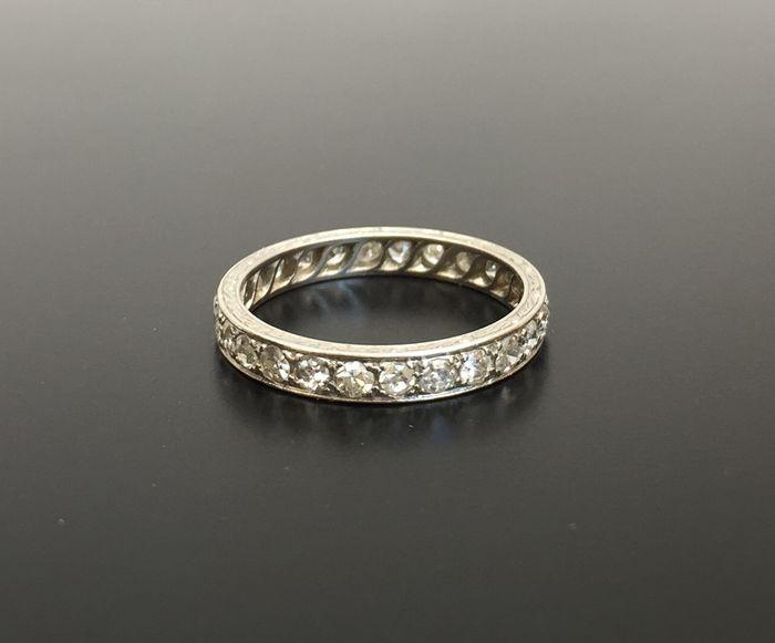 Online veilinghuis Catawiki: Zeldzame art deco trouwring, gegraveerd platina, met een volledige ring van diamanten van in totaal 0,75 ct