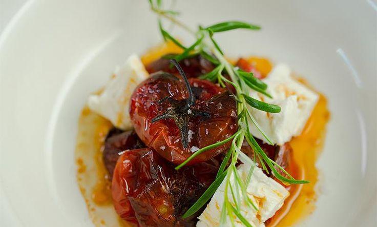 Langtidsbakte tomater tar 2 timer, men lager seg til gjengjeld i ovnen. Server de langtidsbakte tomatene med fetaost, olivenolje, godt brød og flaksalt!