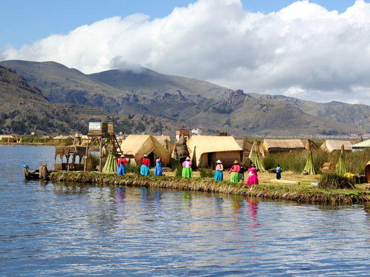Las islas flotantes de los Uros se encuentran al oeste del lago Titicaca (Perú) . Son un conjunto de superficies artificiales habitabl...