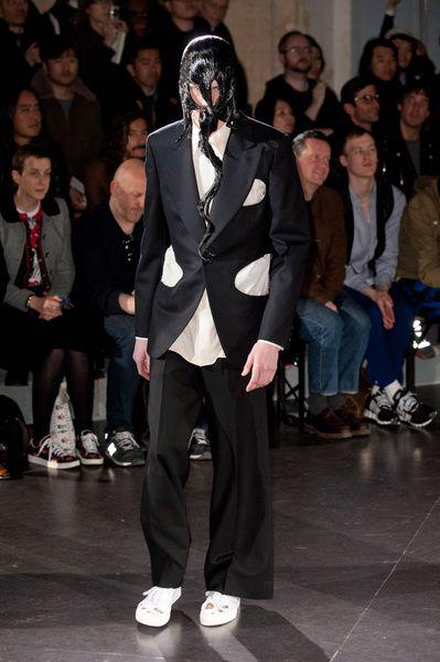 Mode à Paris FW 2014/15 – Comme des Garçons Homme Plus See all the catwalk on: http://www.bookmoda.com/sfilate/mode-a-paris-fw-201415-comme-des-garcons-homme-plus/  #paris #fall #winter #catwalk #menfashion #man #fashion #style #look #collection #modeaparis @COMME des GARÇONS #commedesgarcons