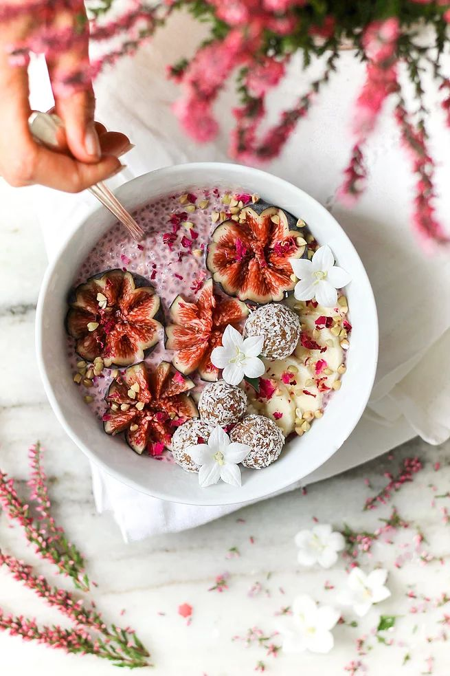 ... pink chia pudding with figs ...