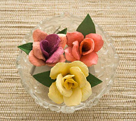 Rosas feitas com reciclagem de caixas de ovos de papelão