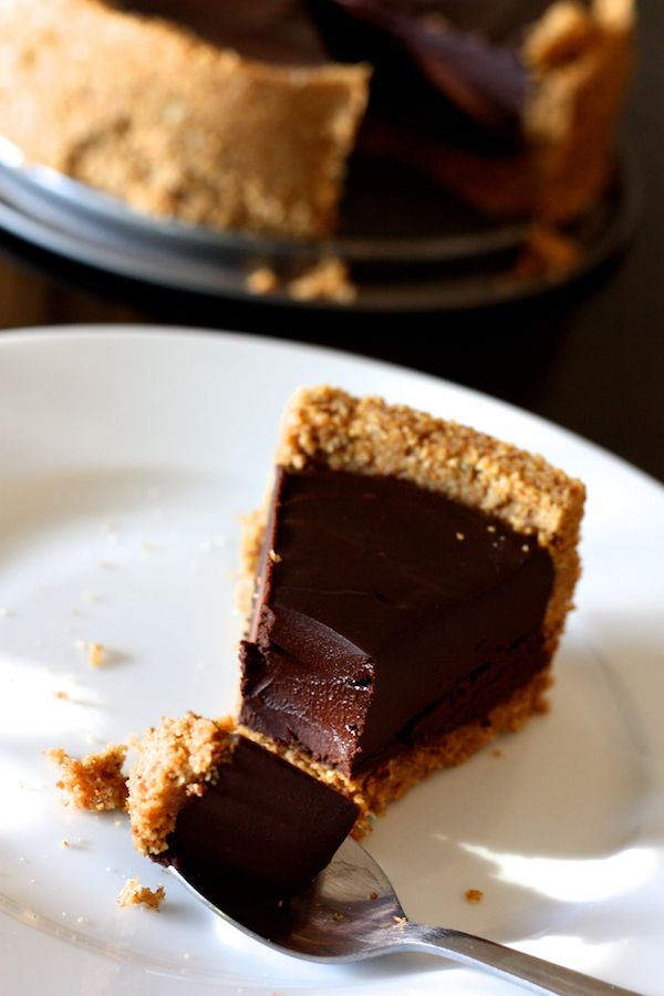 Tarte au chocolat facile (fond biscuité)  This chocolate truffle tart recipe is in French, but it's a blend of fabulous chocolates and cream melted together, then poured into a crumb crust and chilled. OMG