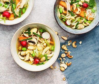 I det asiatiska köket är buljong en självklar bas i många enkla rätter. Kyckling, champinjoner och nudlar är klassiska tillbehör som här kan kryddas upp med både ingefära och mynta.