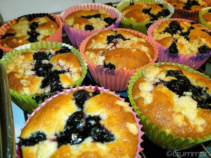 Muffins med hallonsylt, blåbär och crumble. ©Gumman