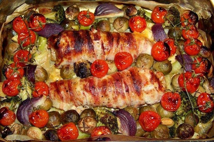 Füstölt sajttal töltött, bacon-be tekert fokhagymás sertés szűz vele sült zöldségekkel - MindenegybenBlog