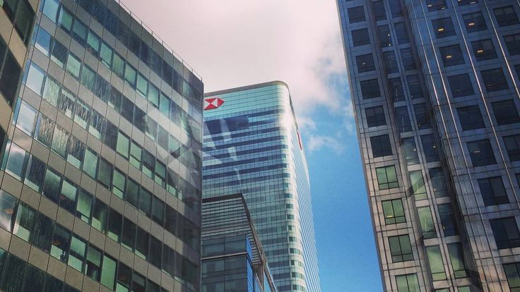 HSBC London  #hongkongshanghaibankcorporartion #hsbc #architecture #design #steel #glass #london #england #britian #city #towerhamlets #greatbritain #sky #blueskys #lookup #see #street by wharf.interiors.docklands