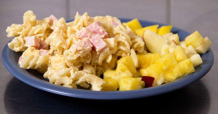 Kubanskt till förrätt! Makaronsallad med ost, majonnäs och kassler serveras med ananas och äpple.