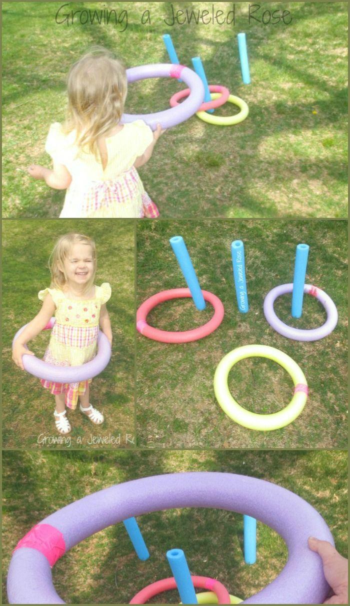 """Com macarrão de piscina faça um jogo de argolas ou mesmo uma corrida de """"rodas"""". Use a criatividade..."""