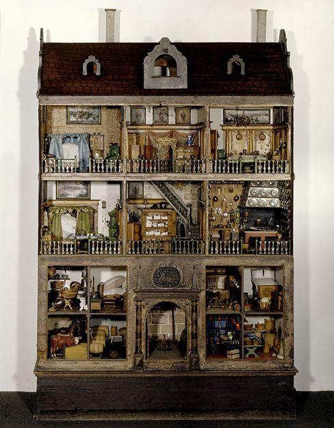 17. századi babaház - nem játék! Ma a kislányok kedvelt játéka a babaház, gyártanak is rengeteg fajtát. Régen kézzel készült, és nagyon drága volt. Európában a 17. században kezdett divatba jönni, de akkoriban nem játékszernek szánták. Gazdag felnőtt nők birtokolták a gyönyörű darabokat, trendi státusz szimbólumnak és/vagy…