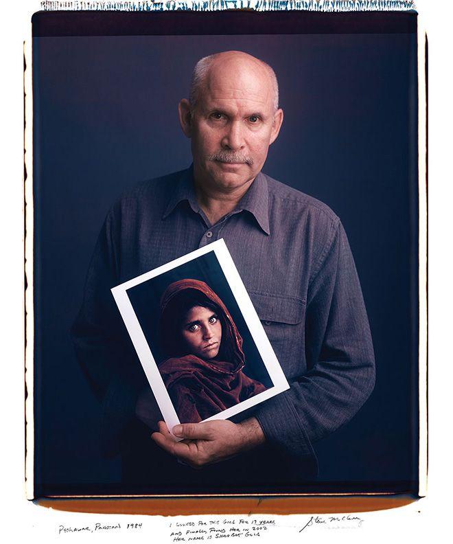 Behind Photographs - Tim Mantoani. Il fotografo americano ha raccolto 150 immagini in cui sono ritratti alcuni celebri fotografi in posa con le loro opere più rappresentative - Steve McCurry