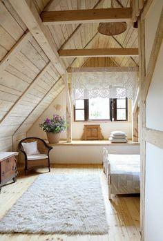 dachgeschoss einrichten schlafzimmer weißer teppich blumendeko holzboden