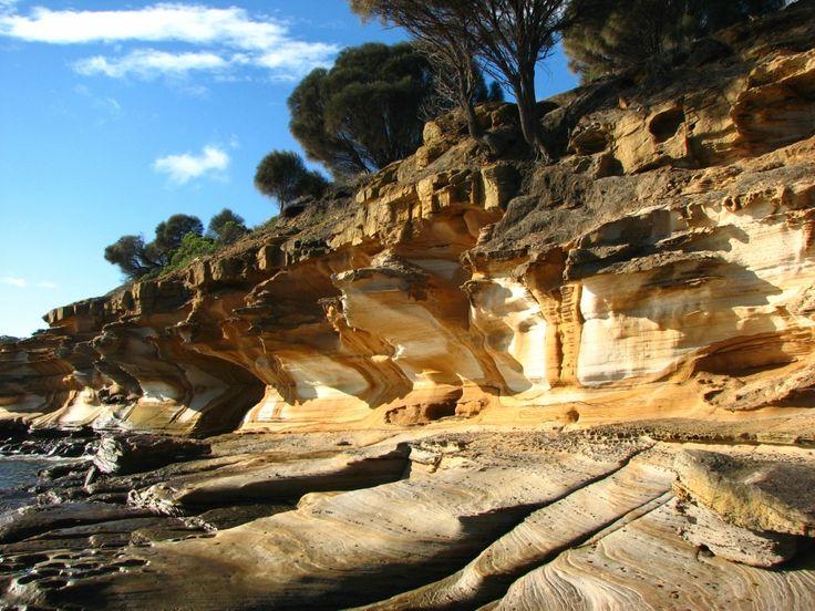 Окрашенные скалы на острове Тасмания