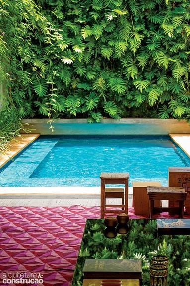Revista Arquitetura e Construção - Casa tem piscina com jardim vertical e lazer na cobertura