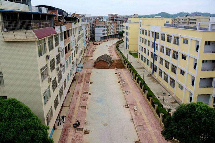 Çin'in Nanning kentinde bir ev sahibi, bölgede inşaat yapan firmayla anlaşamadığı için evini terketmeyi reddediyor.