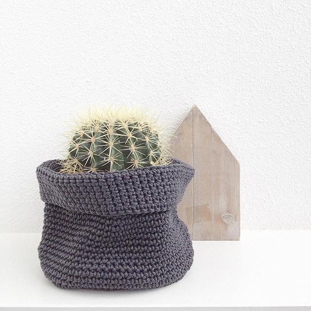 Handig om een plantje in te zetten, je accessoires in te bewaren of gewoon als decoratie in huis. Deze mandjes zijn verkrijgbaar bij HEMA in grijs, gebroken wit en mint.