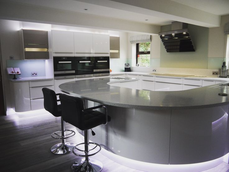 Gloss white kitchen with curves.