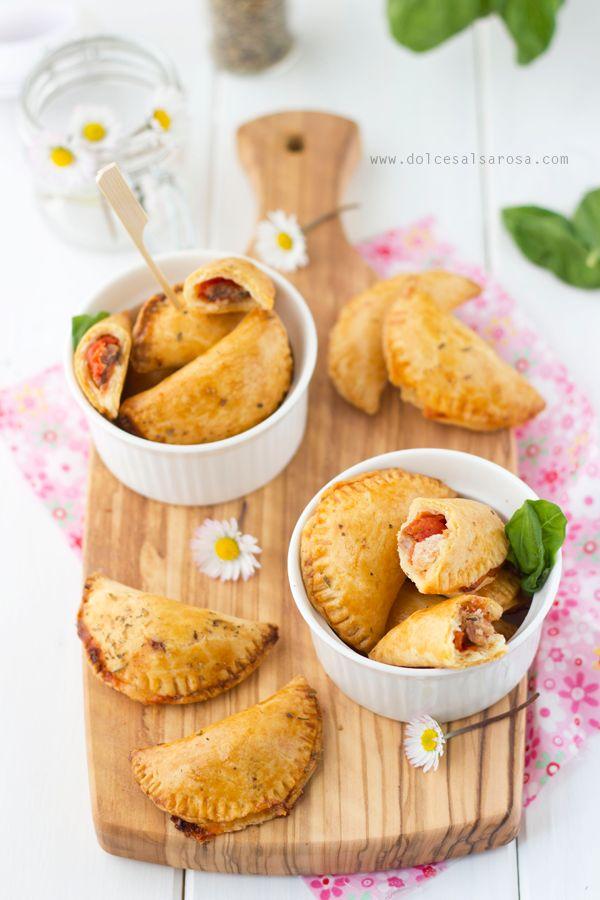 Calzoni al forno ripieni di mozzarella e acciughe