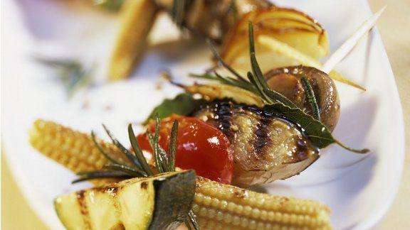 Gemüsespieße vom Grill mit Tomatensalsa