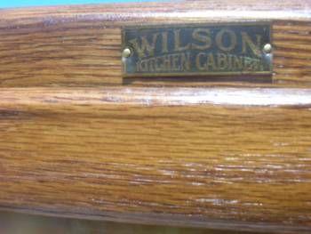 Этот стиль OAK Hoosier WILSON кухонного шкафа был restoted на теплый золотой дуб тон и готов наслаждаться. Она отличается КАРАМЕЛЬНЫЙ ШЛАКОВОЕ стекло в верхней двери, мука BIN, поваренная книга держатель, 6 шт.