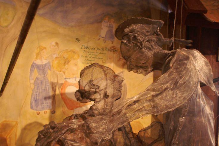 Dansend echtpaar van heel fijn gaas in het museum in Haverud in Zweden.