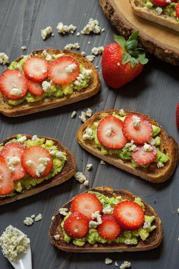 O con un poco de fresas y queso Gorgonzola para cenar. | 17 Recetas de pan tostado con aguacate que puedes hacer en cinco minutos