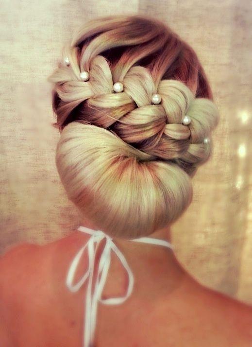 A trança em conjunto com as pérolas deixou o penteado elegante e sofisticado.