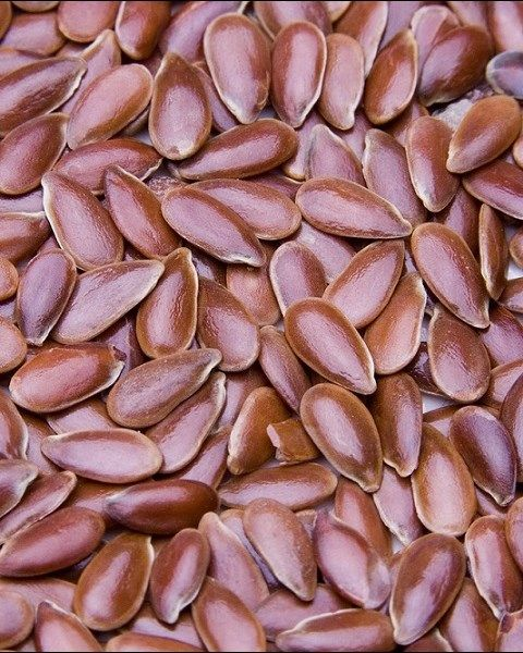 Olio di semi di #lino - Linum usitatissimum  Quest'olio è ricco in vitamine e minerali necessari per mantenere un cuore sano e contiene gli acidi grassi essenziali  ω-6 e  ω-9, vitamine B e una quantità di  ω-3 quasi doppia di quella che si trova nell'olio di pesce. Spesso usato nelle creme per la pelle, quest'olio è idratante, aiuta a migliorare la pelle danneggiata e le smagliature ed è inoltre conosciuto per favorire la digestione e rendere i capelli più lucenti.  Solo per uso esterno.