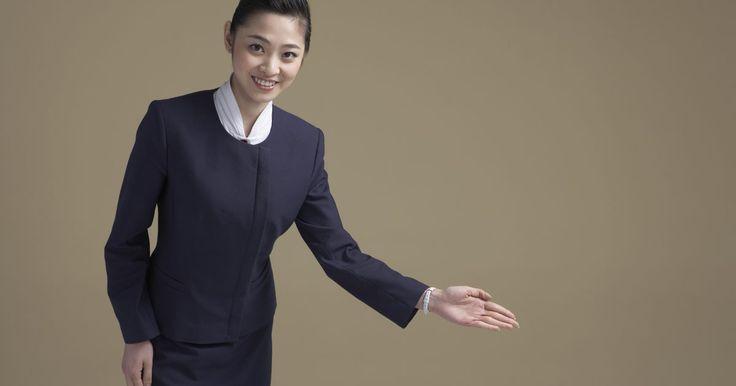 Os requisitos para tornar-se comissária de voo da Korean Air. A Korean Air é a maior companhia aérea com base na Coreia do Sul. Ela serve principalmente à destinos asiáticos, mas efetua voos em todo o mundo. A Korean Air é pioneira em contratar comissárias de bordo fisicamente atraentes, jovens, do sexo feminino e recém-formadas. Ao contrário de companhias aéreas com base nos Estados Unidos, a Korean Air ...
