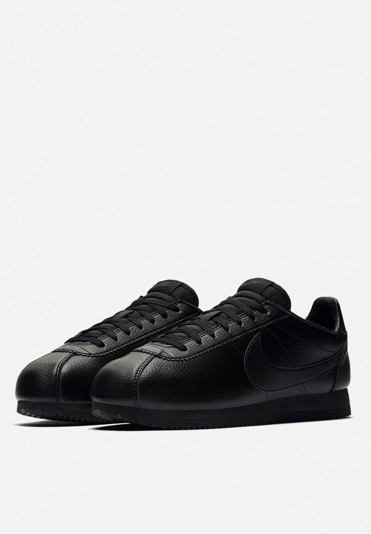 The Men's Nike Classic Cortez Leather Shoe blends a premium upper with lightweight cushioning for a fresh take on the historic running-inspired design made for every day comfort.
