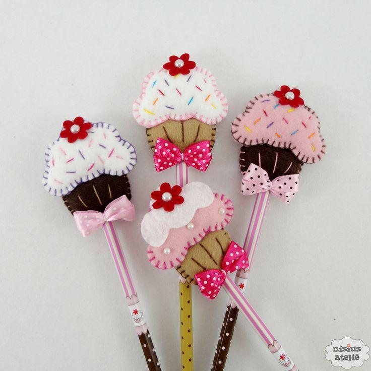 Ponteira de lápis ou caneta decorada com um cupcake feito em feltro bordado à mão.