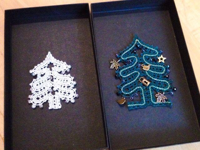 パチパチパチ〜!トヨまるさんがクリスマスツリーのリース2種を仕上げて見せてくださいました。きれいに編めましたね。チャームもあれこれ工夫してとても素晴らしく仕上がっています。094/093/20161215