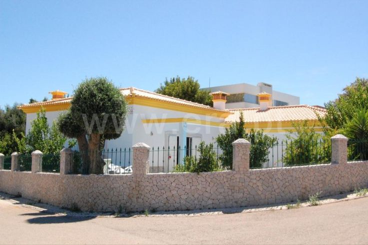 Excellent villa with 4 bedrooms, equipped kitchen. Beautiful garden with swimming pool. Good areas. Located in a residential area very calm and safe.  House T4 / Portimão, Monte Canelas / Sale / Ref. 112110121