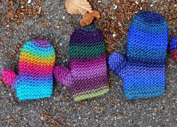 Disse vanter strikkes frem og tilbage på to pinde og sys sammen i siden til sidst - strik til hele familien