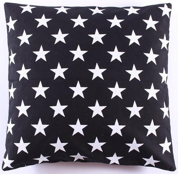 Kussenovertrek 50 x 50 cm. Zwart wit sterren      Je bank krijgt een hele nieuwe look met dit mooie grafische kussenovertrek van La Finesse!  ♥100% katoen  ♥Excl.vulling        - € 19,95