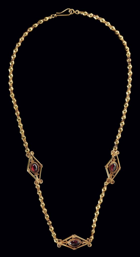 A GREEK GOLD AND GARNET NECKLACE - HELLENISTIC PERIOD, CIRCA 2ND CENTURY B.C.