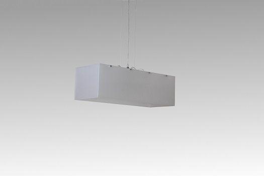 TOTEM SG Sospensione in plexiglass   SCHEDA TECNICA Dimensioni: L. 80cm - P.30cm - H. 25cm Portalampade: 04 x E27 max 60W