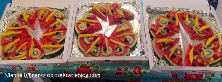 Snijdt grote plakken van een watermeloen. Verdeel in taartstukken en beleg met kleurig fruit. Hier op de foto is kiwi, mango, aardbei en ...