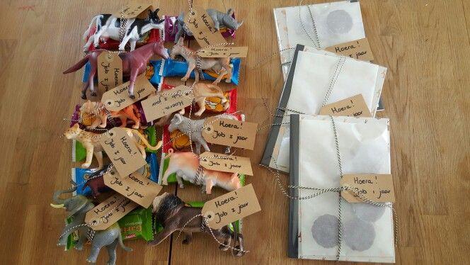 Traktatie met speelgoed dieren van hema traktatie for Gekleurd papier action