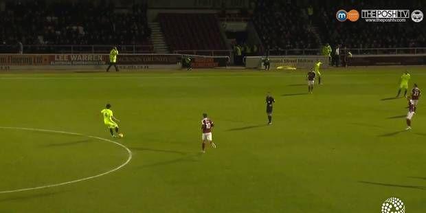 Bourde: un joueur de foot confond le steward... avec un équipier (VIDEO)