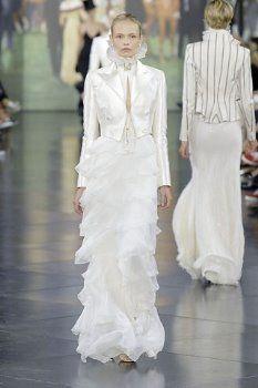 Ralph Lauren, con esta propuesta de vestido y chaqueta de raso a la cintura, con falda recta con bellos volantes sutiles, suman al cuello alto en organza