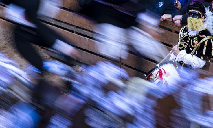 """vincitore 1° premio categoria Colore -  """"Tamburino"""" di Silvio Farina. Motivazione: La fotografia è stata apprezzata per il taglio della composizione; la ricerca del movimento e la contrapposizione tra lo sguardo statico del tamburino e la velocità della pariglia, esaltano il carattere emotivo dell'atmosfera rappresentata"""