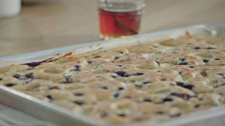 Essayez cette recette de crêpes à la plaque, accompagnées d'un délicieux sirop aux épices pour un déjeuner simple, mais original!
