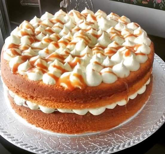 Torta de vainilla con crema y arequipe